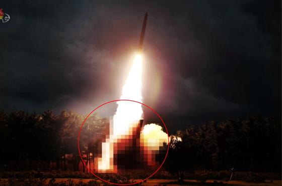 북한은 1일 시험발사 장면을 공개하며 발사대(원 안)를 모자이크 처리했다. [조선중앙TV=연합뉴스]