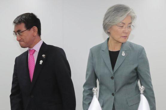 강경화 외교부 장관이 1일 태국 방콕 센타라 그랜드호텔에서 고노 다로 일본 외무상과 양자회담을 하기에 앞서 악수한 뒤 자리로 향하고 있다. [연합뉴스]