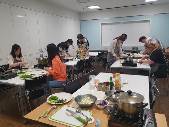 구로구는 혼자 사는 20~30대 청년들을 위한 요리 교실인 '혼밥교실'을 열었다. [사진 구로구]