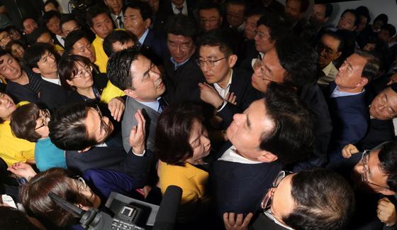 자유한국당 의원들이 지난 4월 26일 국회 정치개혁특별위원회가 열리는 회의장 앞을 점거하며 심상정 위원장 등 정개특위 위원들의 진입을 막고 있다. 임현동 기자