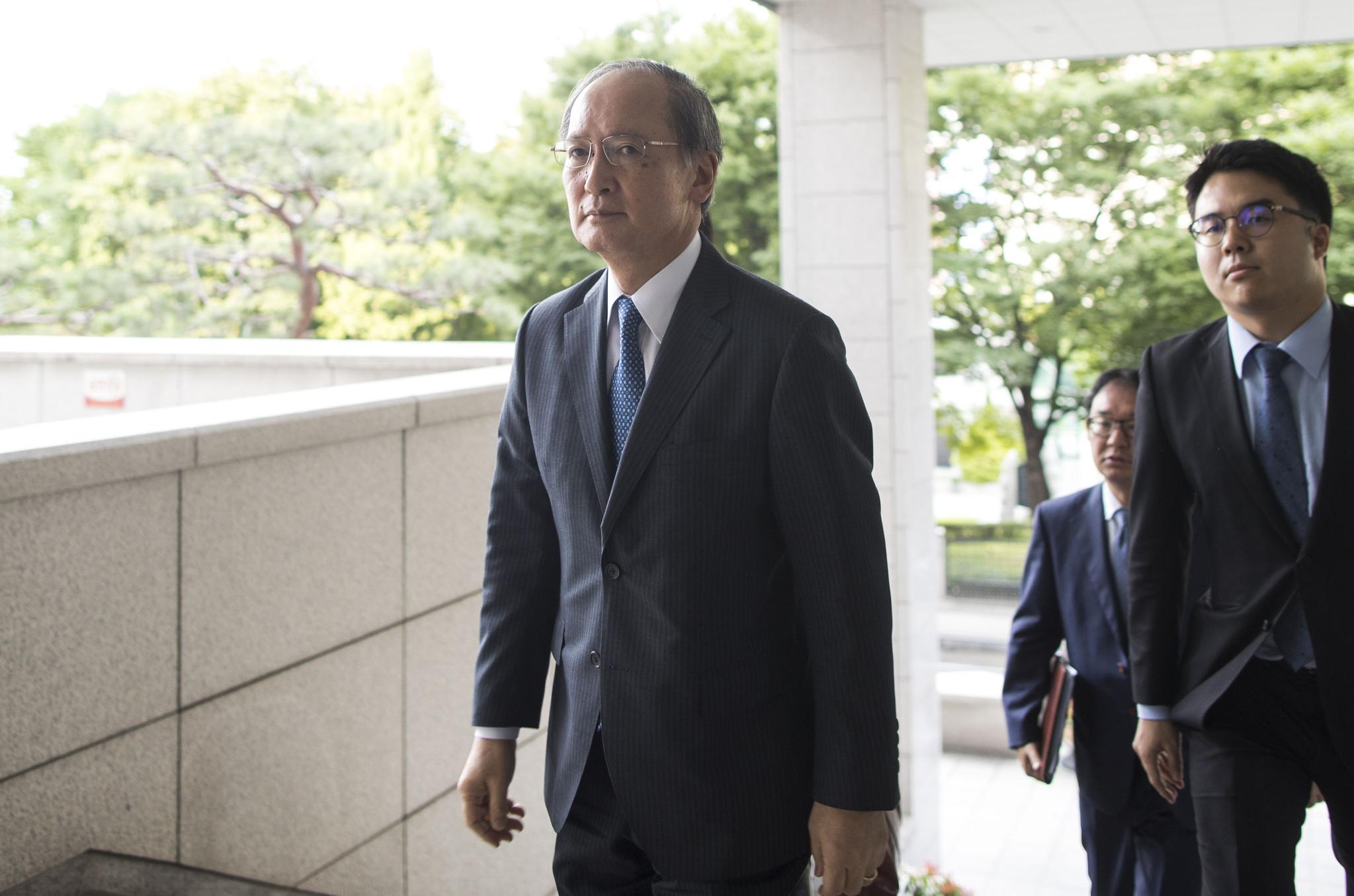 일본 정부가 한국을 전략물자 수출심사 우대대상국인 백색국가(화이트리스트) 명단에서 제외한 것과 관련해 나가미네 야스마사(長嶺安政) 주한 일본대사가 2일 초치돼 도렴동 외교부 청사로 들어가고 있다. [연합뉴스]