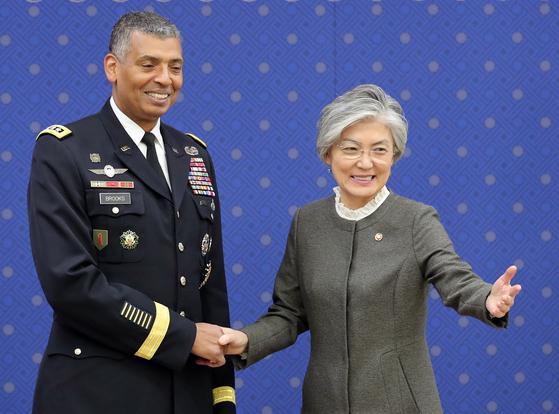지난해 11월 6일 강경화 외교부 장관(오른쪽)이 서울 세종대로 외교부 청사에서 이임을 앞둔 빈센트 브룩스 주한미군사령관을 만났다. [뉴스1]
