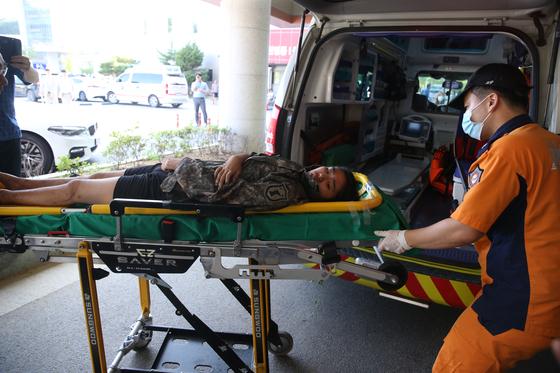 실종 11일 만에 극적으로 구조된 조은누리양(14)이 2일 자신을 발견한 박상진 원사(진)의 군복을 입고 119구급차에서 내려 충북대학병원으로 응급세터로 들어가고 있다. [뉴스1]
