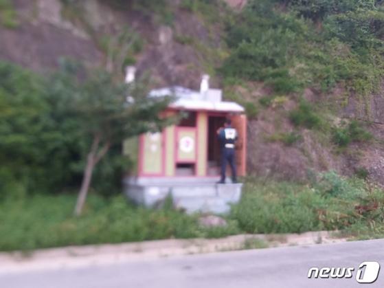 2일 유기된 신생아가 발견된 경남 거제 한 마을의 공중화장실. [경남소방본부=뉴스1]