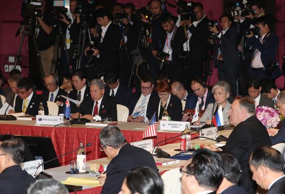 2일 오전(현지시간) 태국 방콕 센타라 그랜드호텔에서 열린 동아시아정상회의(EAS) 외교장관회의에 마이크 폼페이오 미 국무장관과 강경화 외교부 장관, 고노 다로 일본 외무상이 참석해 있다. [뉴스1]