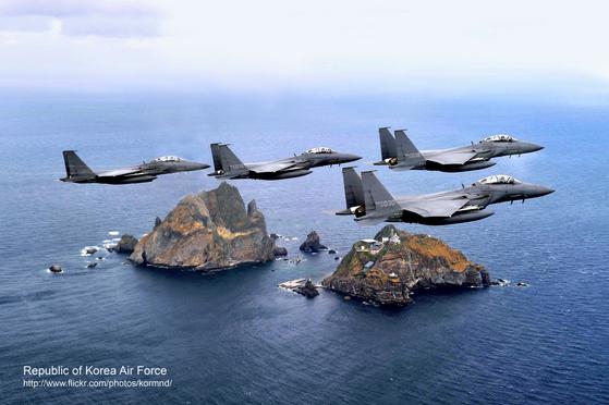 독도 상공을 비행하는 한국 공군 F-15K 전투기 [국방부]