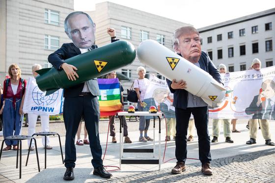 2일(현지시간) 독일 베를린 미국 대사관 앞에서 도널드 트럼프 미국 대통령(오른쪽)과 블라디미르 푸틴 러시아 대통령의 가면을 쓴 핵전쟁방지국제의사회(IPPNW ) 소속 운동가들이 미국과 러시아의 INF 조약 폐기 방침을 비판하는 퍼포먼스를 벌이고 있다.[EPA=연합뉴스]
