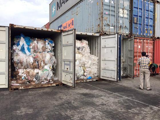 캄보디아에 밀반입된 미국·캐나다 쓰레기 [AP=연합뉴스]
