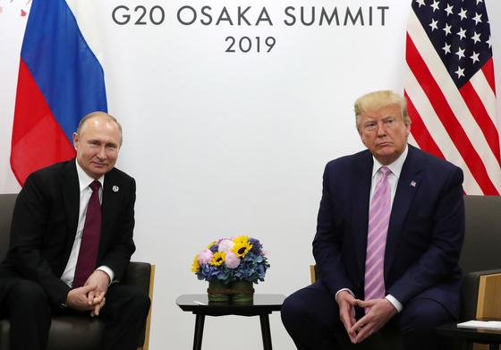 블라디미르 푸틴 러시아 대통령(왼쪽)과 도널드 트럼프 미국 대통령이 6월 28일 일본 오사카에서 열린 G20 정상회의에서 만나고 있다. [EPA=연합뉴스]