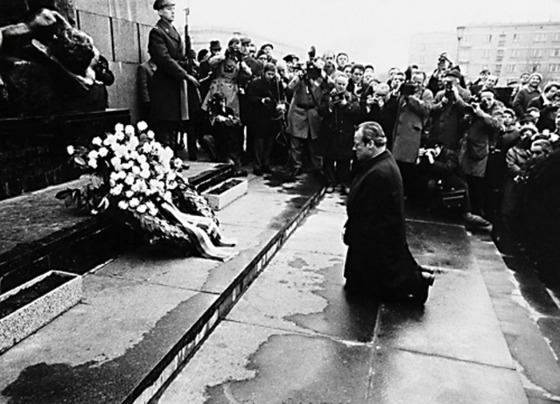 빌리 브란트 전 서독 수상이 폴란드 유대인 희생비 앞에서 무릎을 꿇고 있다. [중앙포토]