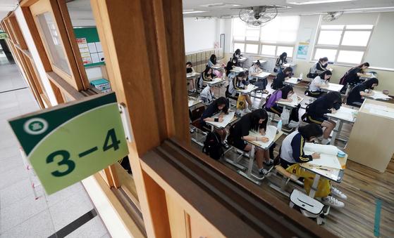 2019학년도 고3 전국연합학력평가 시험일인 지난달 10일 인천의 한 여고 학생들이 시험을 치르고 있다. [연합뉴스]
