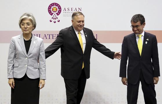 마이크 폼페이오 미 국무장관이 지난 2일 태국 방콕에서 두 팔을 뻗어 강경화 외교장관과 고노 다로 일본 외상을 끌어당기고 있지만, 한국과 일본 두 장관의 냉랭한 얼굴에서 미국 중재의 실패가 엿보인다. [AP=연합뉴스]