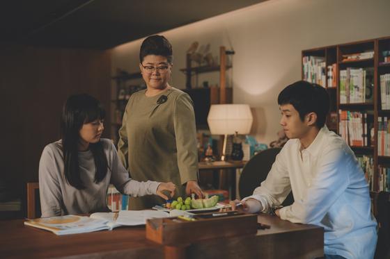 영화 '기생충'은 기택네 아들인 기우(사진 오른쪽)가 발휘하는 묘수로 이야기가 전개된다. 기우는 부잣집 박 사장네서 일하던 사람들을 쫓아내고 자기 부모님과 여동생을 들인다. 기우와 그 가족이 둔 묘수는 이들이 차원이 다른 삶을 누리게 해준다. [사진 CJ엔터테인먼트]