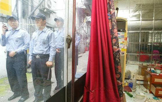 성매매특별법 시행 이후인 2005년 서울 성북구 하월곡동에 위치한 이른바 '미아리 텍사스촌' 일대를 순찰하고 있는 경찰. [중앙포토]