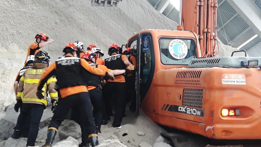 4일 오전 10시32분쯤 인천시 서구 가좌동의 한 시멘트 공장 창고에서 시멘트 원료가 무너지는 사고가 발생해 소방대원들이 구조를 하고 있다. [사진 인천서부소방서]