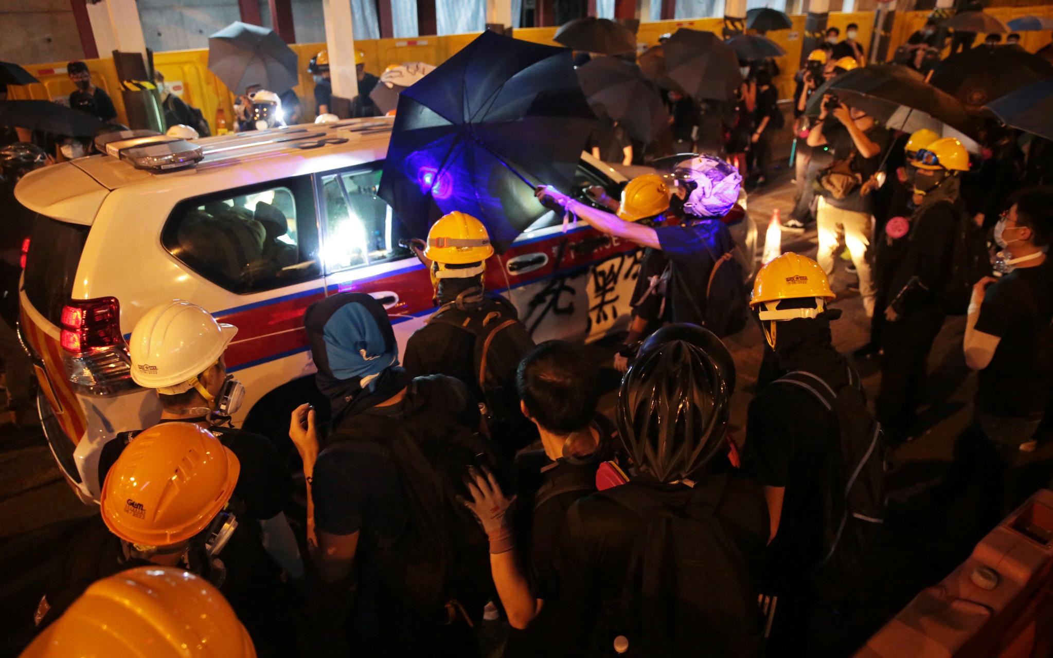 홍콩 시위대가 홍콩 빅토리아공원 인근 도로에서 4일(현지시간) 경찰과 대치하고 있다. [로이터=연합뉴스]