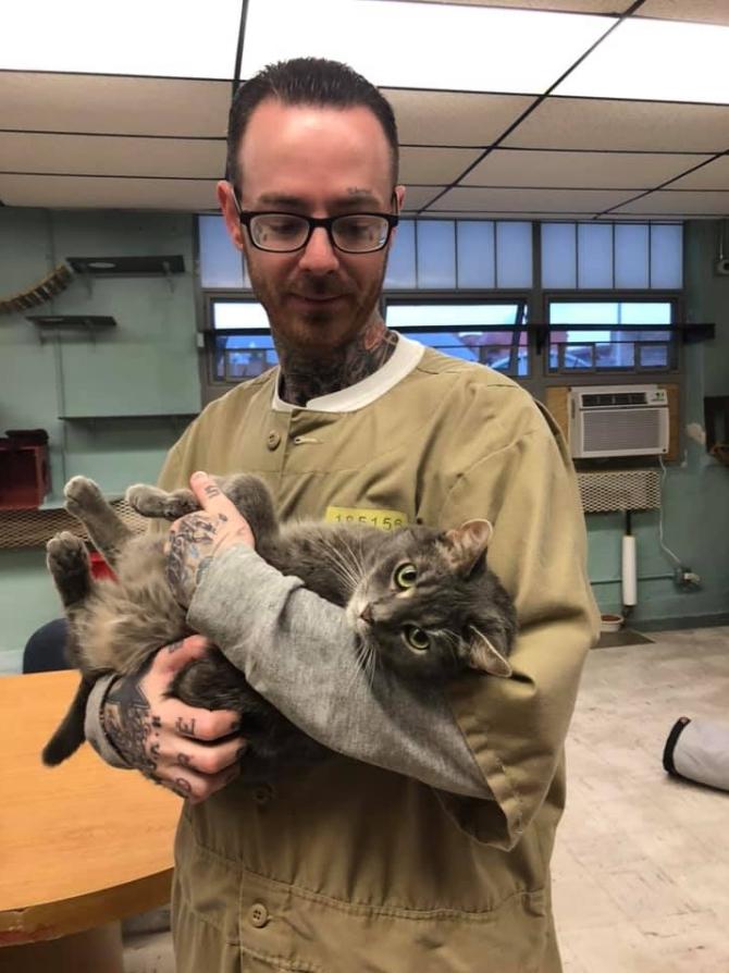 미국 인디애나주의 펜들턴 교도소에서 수형복을 입은 한 재소자가 고양이를 안고 있다. [사진 펜들턴 교도소 페이스북]