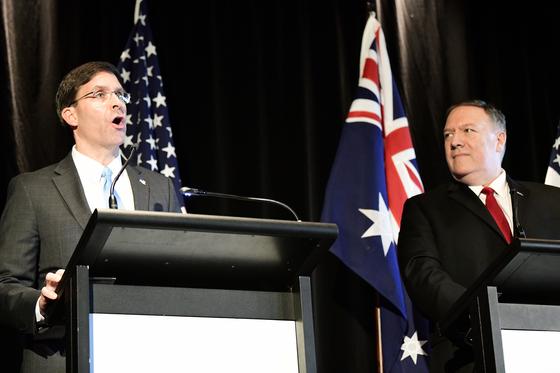 호주를 방문 중인 에스퍼 미 국방부 장관(왼쪽)과 마이크 폼페이오 미 국무장관이 호주 측 인사들과 장관급 회의(AUSMIN)를 가진 뒤 기자회견을 하고 있다. [EPA=연합뉴스]