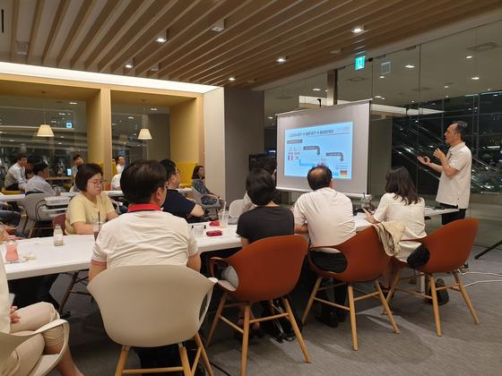 이정규 브릿지바이오테라퓨틱스 대표가 지난달 23일 '판교 혁신신약살롱'에서 자신의 기술수출 경험을 설명하고 있다. [사진 브릿지바이오테라퓨틱스]