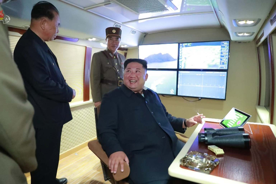 김정은 북한 국무위원장이 지난달 31일 강원 원산에서 진행한 단거리 발사체 발사 장면을 지켜보고 있다. 김 위원장은 전용 참관대 안를 제작해 이용하고 있는 것으로 당국은 추정하고 있다. [사진 뉴시스, 조선중앙TV촬영]
