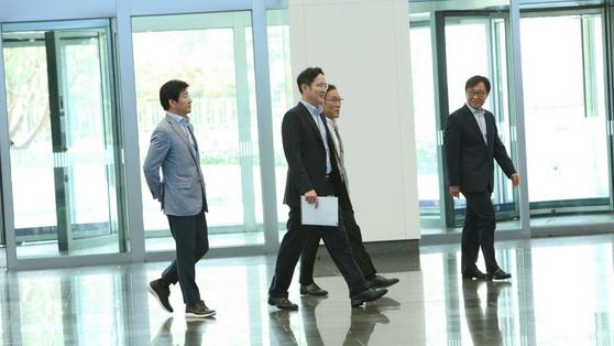 이재용(왼쪽 둘째) 삼성전자 부회장이 지난달 13일 회의 자료를 들고 반도체ㆍ디스플레이 경영진과 회의를 하기위해 화성 사업장에 들어서고 있다. [블라인드 캡처]