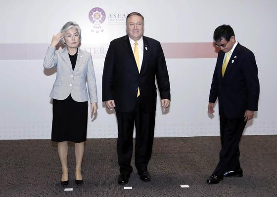 강경화 외교부 장관과 마이크 폼페이오 미국 국무부장관, 고노다로 일본 외무상이 2일 오후(현지시간) 방콕 센타라 그랜드호텔에서 외교장관회담을 마치고 기념촬영을 하기 위해나란히 서고 있다. [뉴스1]