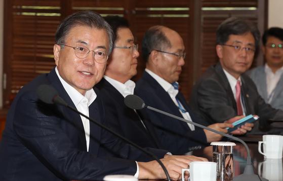문재인 대통령이 5일 오후 청와대에서 수석·보좌관 회의를 주재하고 있다. 문 대통령은 이날 회의에서 '평화경제'를 강조했다. 청와대 사진기자단