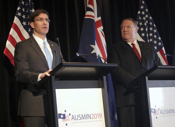 마크 에스퍼 미국 국방장관(왼쪽)과 마이크 폼페이오 국무장관이 4일 호주 시드니에서 장관급 회의 뒤 기자회견을 하고 있다.[AP=연합뉴스]