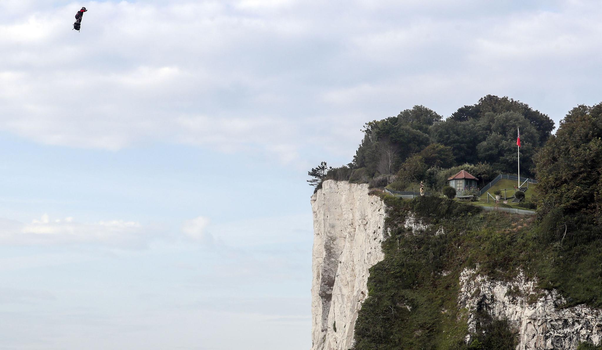 프랭키 자파타가 4일(현지시간) 자신의 플라잉보드를 타고 영국 해협을 건너 세인트 마거릿 만에 도착하고 있다. [AP=연합뉴스]