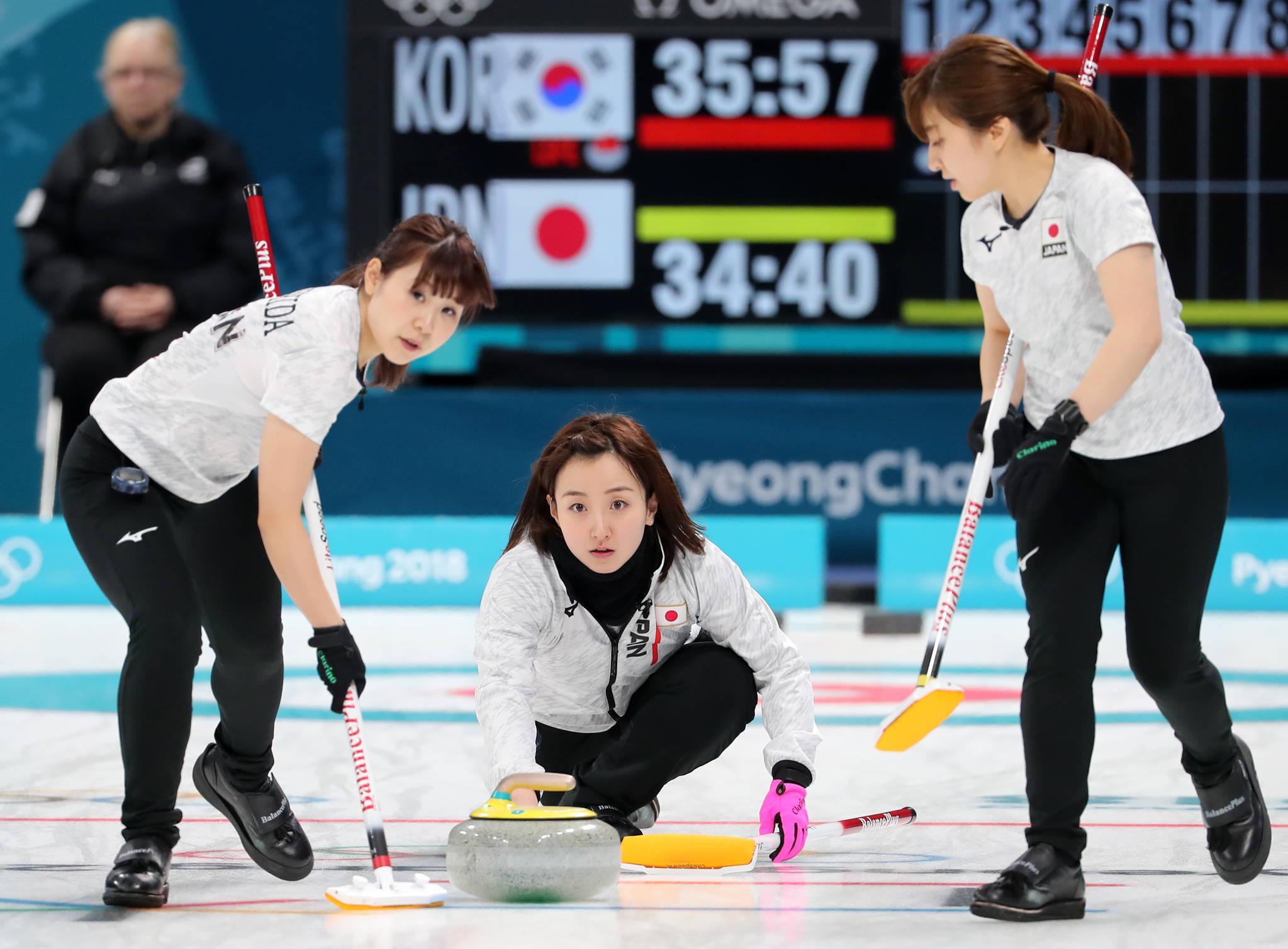 지난해 2월 23일 평창올림픽 여자 컬링 준결승전 한국전에서 투구하는 일본 컬링 국가대표 후지사와 사쓰키(가운데).[연합뉴스]