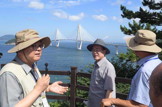 문재인 대통령(가운데)이 30일 경남 거제시에 위치한 '저도'를 방문해 산책로 전망대에서 바다를 조망하고 있다. [청와대사진기자단]