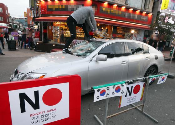 지난 7월 인천의 한 상가에서 한 시민이 '일본 불매 운동' 퍼포먼스를 하고 있다. [연합뉴스]