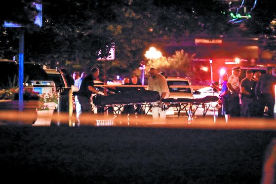 미국 오하이오주 데이턴의 오리건 지구에서 4일(현지시간) 오전 1시쯤 총격사건이 발생해 용의자를 포함해 10명이 죽고 최소 16명이 부상했다. 경찰은 단독범행으로 추정했다. 구급대원들이 사망자 시신을 구급차로 옮기고 있다. [AP=연합뉴스]