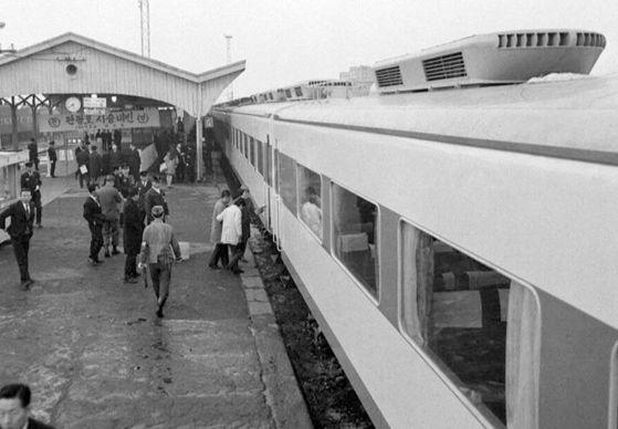 1969년 도입된 국내 최초의 에어컨 열차 '관광호'. 객차 지붕에 에어컨용 설비가 보인다. [뉴스1]