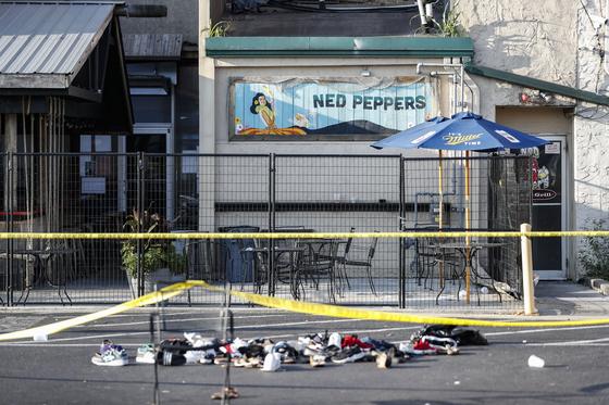 지난 4일(현지시간) 미국 오하이오주 데이턴 오레곤 지역에서 발생한 총격 사건 현장에 옷가지들이 떨어져 있다. [AP=연합뉴스]