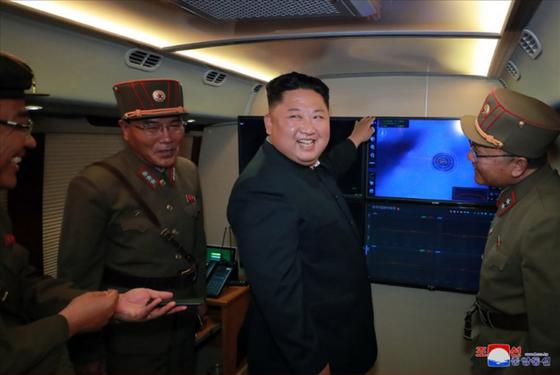 북한이 지난 2일 김정은 국무위원장의 지도 하에 '신형 대구경조종방사포 시험사격'을 다시 했다고 조선중앙통신이 3일 보도하며 공개한 사진. [연합뉴스]