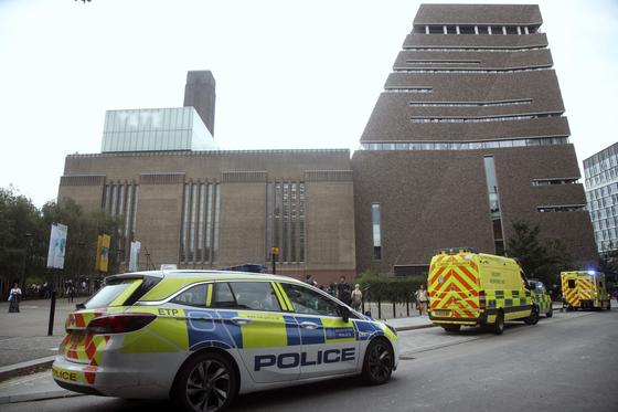 4일(현지시간) 영국 런던 테이트모던 미술관에 출동한 응급구조대와 경찰차량 [PA·AP=연합뉴스]