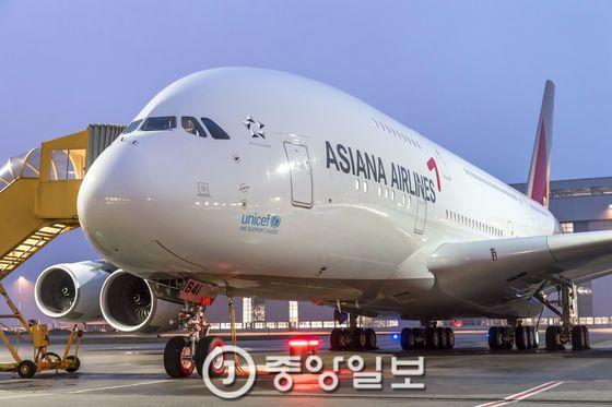 아시아나항공 A380 항공기. A380은 다른 비행기와 함께 있으면 동체가 고래처럼 커 보인다는 의미에서 '고래 제트기(whale jet)'로 불린다.  [사진 아시아나항공]
