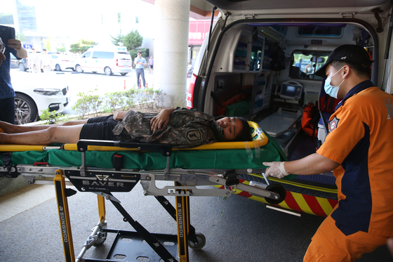지난 2일 실종 열흘 만에 무심천 발원지에서 920m 떨어진 충북 보은군 회인면의 한 야산에서 구조된 조은누리(14)양이 들것에 실려 충북대병원 응급실로 들어가고 있다. [뉴스1]