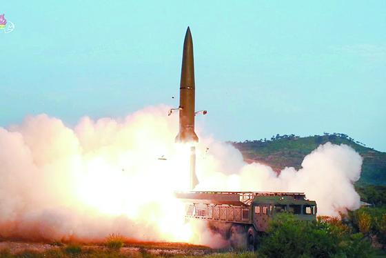 북한이 이틀 만에 또다시 동해 상으로 미상의 발사체들을 발사했다. 사진은 지난달 26일 조선중앙TV가 보도한 신형전술유도무기(단거리 탄도미사일) 발사 모습. [연합뉴스 자료사진]