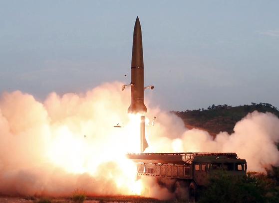 """북한이 한미 연합연습 기간인 6일 미상의 발사체를 발사했다. 합동참모본부는 """"북한은 오늘 새벽 황해남도 일대에서 동해상으로 2회의 미상 발사체를 발사했다""""고 밝혔다. 사진은 지난달 26일 조선중앙TV가 보도한 신형전술유도무기(단거리 탄도미사일) 발사 모습. [연합뉴스]"""