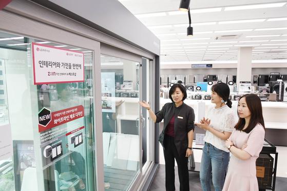 LG전자 베스트샵 강서본점에 입점한 LG하우시스 지인(Z:IN)매장에서 고객들이 창호 제품을 살펴보고 있다. [사진 LG하우시스]