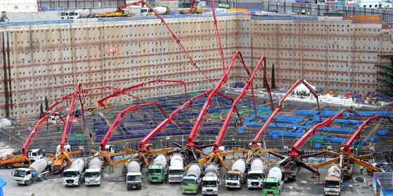 철근콘크리트 구조에서 콘크리트는 근육, 철근은 뼈대와 같은 역할이다. 이 골조는 교체공사가 불가능한 중요한 구조다. 그런데도 철근을 빼돌리는 공사현장이 아직도 존재한다. [중앙포토]