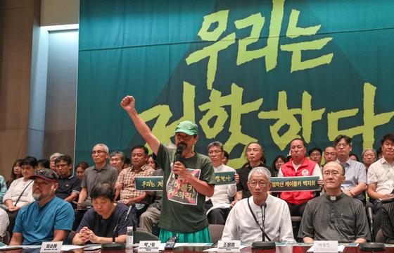 6일 오전 서울 중구 프레스센터에서 열린 '설악산 오색 케이블카 백지화 촉구 전국시민사회선언'에서 박그림 설악산국립공원지키기국민행동 공동대표가 케이블카 백지화를 촉구하는 구호를 외치고 있다. 박 대표는 지난달 설악산에서 서울까지 200km 도보 순례를 진행했다.[뉴스1]