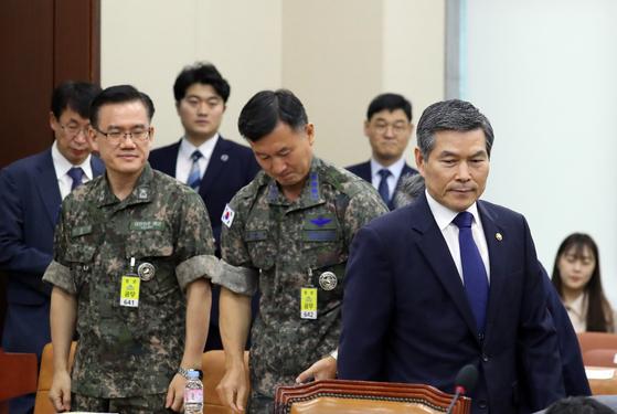 """정경두 국방부 장관(오른쪽)이 5일 오전 국회 국방위원회 전체회의에 참석해 자리로 가고 있다. 정 장관은 한일군사정보보호협정(GSOMIA·지소미아)과 관련해 '지소미아는 일본이 먼저 요구해 체결됐다""""며 '협정 체결 후 26건, 올해 4건의 정보 교환이 있었다""""고 밝혔다. 김경록 기자"""