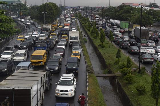지난 5월 나이지리아 라고스의 오이오타지역 도로가 차들로 가득차 있다. [AFP=연합뉴스]