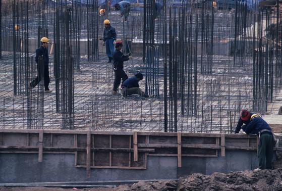 얼마 전 한 건물의 철근 배근 검사를 나갔다가 설계도면보다 넓게 시공한 의도적인 철근 누락을 발견했다. 사진은 한 아파트 공사장의 총면 철근구조 공사 현장. [중앙포토]