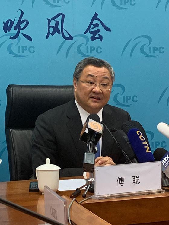 푸충 중국 외교부 군비통제국 국장이 6일 기자회견에서 미국의 중거리 미사일의 아시아 배치에 대한 중국의 입장을 밝히고 있다. 신경진 기자