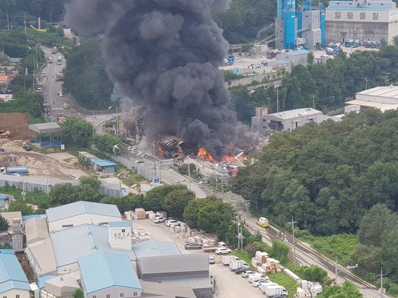 경기도 안성시의 한 종이상자 제조공장에서 불이 나 소방관 1명이 숨지고 1명이 다쳤다. 또 이 공장 관계자 9명이 다쳤다. 소방당국은 대응 1단계를 발령하고 화재를 진압하고 있다. [사진 경기도소방재난본부]