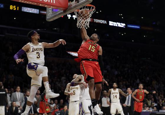 LA 레이커스를 상대로 호쾌한 덩크슛을 터뜨리는 빈스 카터. [AP=연합뉴스]